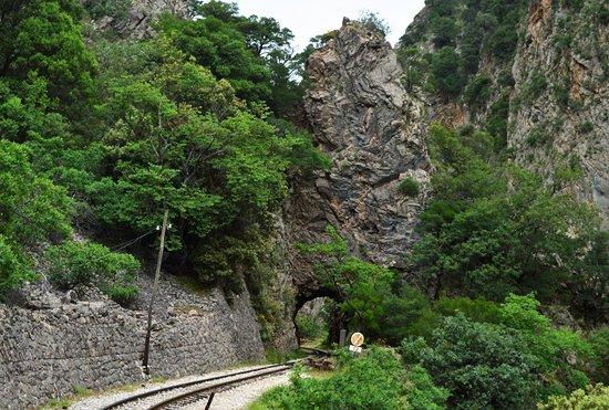Φαράγγι του Βουραϊκού: Ενα απο τα πολλά περάσματα μεσα από βράχους.