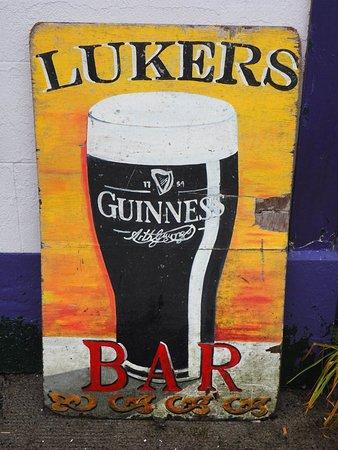 Shannonbridge, أيرلندا: Luiers is just before the bridge next to Travel Info building
