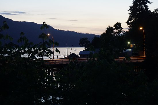 Brentwood Bay Resort & Spa: Sunset but you can see the view from the 1st floor room. Rm 110