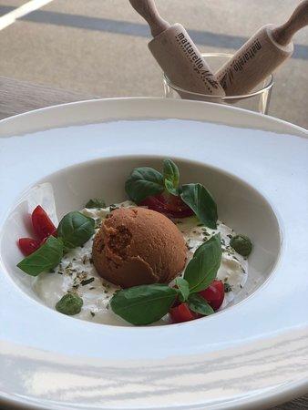Mattarello Matto: stracciatella con pomodorini, basilico e gelato al pomodoro