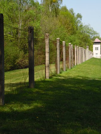 Dachau Toplama Kampı: The Perimeter fence and watchtower
