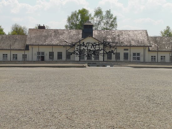 Dachau Toplama Kampı: Memorial in front of the former camp prison