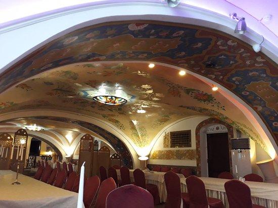 1001 Noch: Великолепное место для обеда или ужина. Приятная атмосфера, колоритный дизайн в восточном стиле.