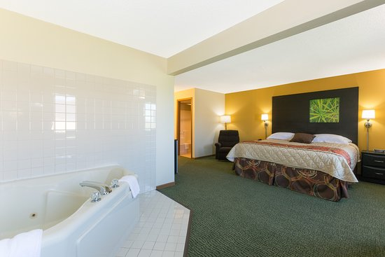 Perry, IA: 1 King Bed Suite