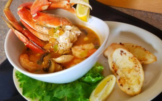 Surfrider Restaurant: Surfrider Seafood Saute with half a crab, shrimp, clams... and more