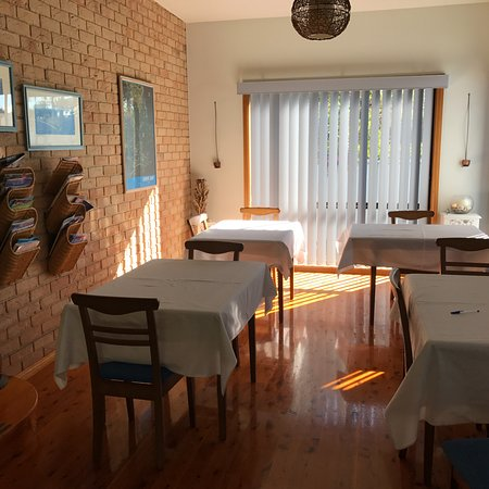 Vincentia, Australia: This was our light and sunny breakfast area
