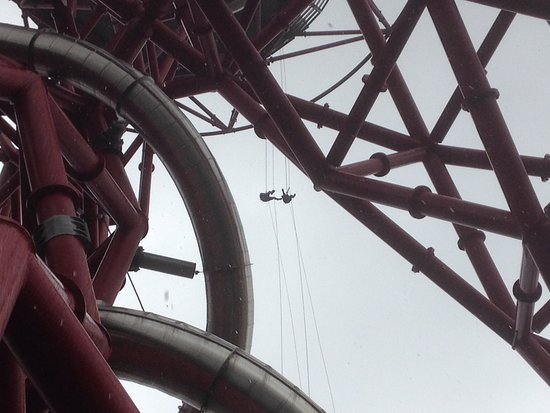 Abseil the ArcelorMittal Orbit: Two abseilers on the descent