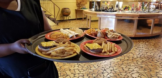 ‪‪Hamer‬, ساوث كارولينا: Bill Lewis of Cooper City, Florida, enjoying faux Mexican food at South of the Border.‬
