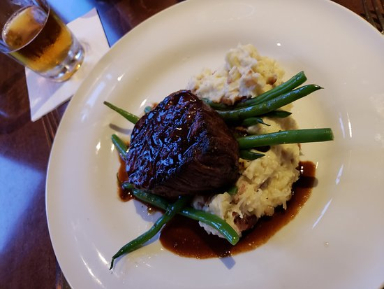 Jo's American Bistro : Filet with mashed and green beans