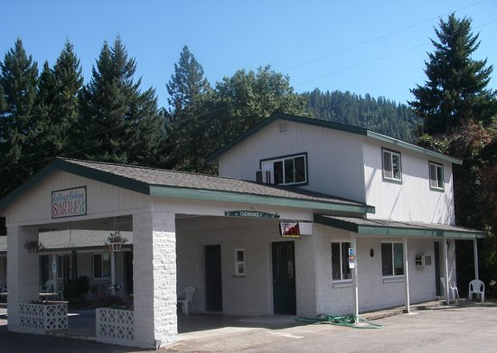 Happy Camp, CA: Forest Lodge Motel - Front entrance and Office!