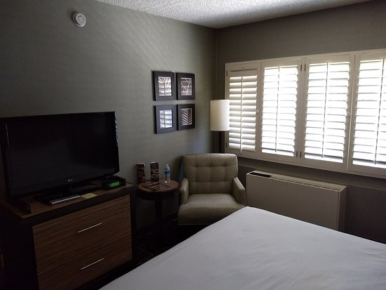 Fremont Hotel & Casino: Room 332 Wooden blinds; no curtains.