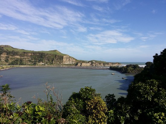 Mokau, Nueva Zelanda: View of harbour from across the road