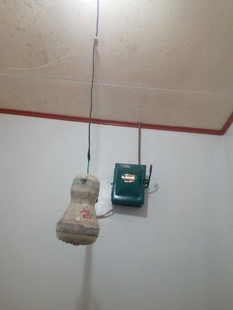 Iba, Philippinen: 220 volts shower head.