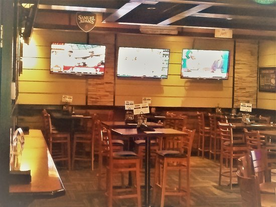 Fratello's Chicago Pizzeria: spacious pub seating in the bar area with plenty of flat screen TVs for game viewing excitement!