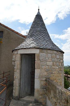 Saint-Jean d'Alcas, France: les remparts pour se rendre a l interieur