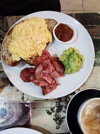 Artarmon, أستراليا: Scrambled Eggs with Bacon and Avocado