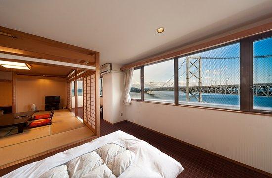 Naruto Kaigetsu : 和洋室から鳴門海峡大橋の風景