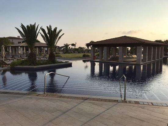 Pilos, Greece: Une des piscines du Romanos