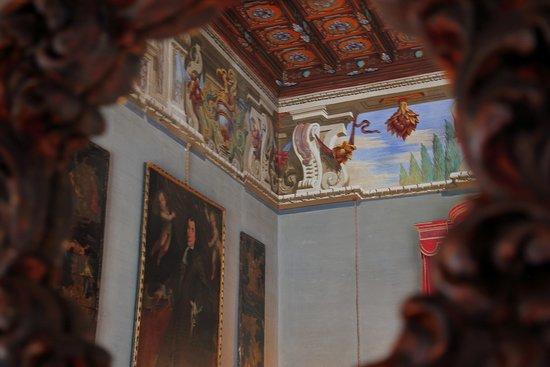 Casalzuigno, Italy: Paricolare intonaci e soffitto riflessi allo specchio