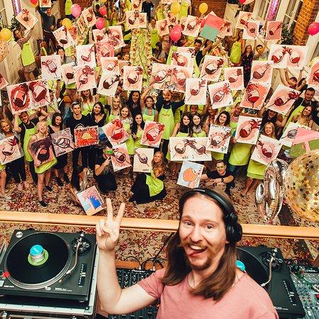Painty: На вечеринках играет музыка диско