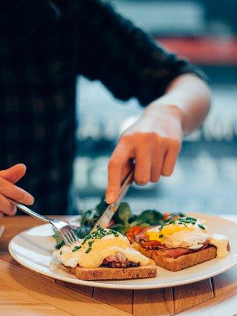 SmetanaQ Cafe & Bistro: Eggs Benedict with crispy bacon