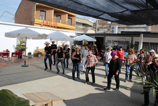 Almenar, إسبانيا: Terraza. Antiguamente pista de Baile y cine de verano.