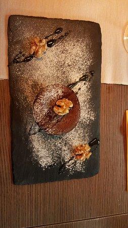 Tapas Barcelona: tortino al cioccolato dal cuore morbido, con noci e miele