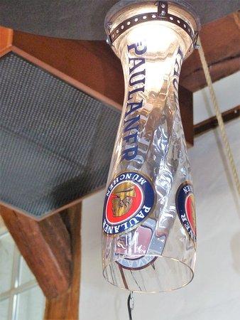 Paulaner Wirsthaus: Innenansicht - Große Weißbiergläser als Lampe