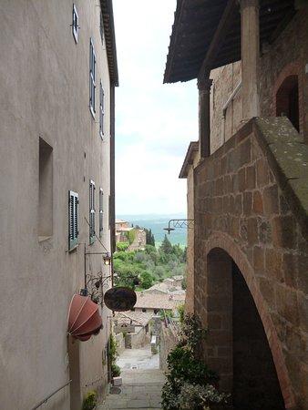 Fortezza di Montalcino: Panorama da un vicolo