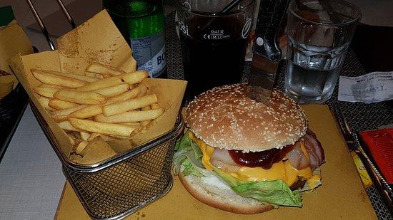 Tourle - LaPizzeria: Panino e patatine