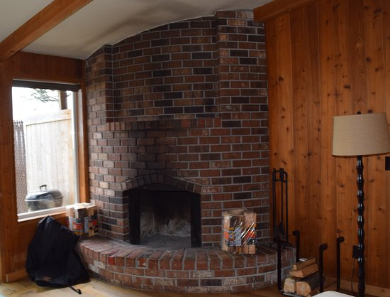 Iron Springs Resort: Fireplace in cabin 26