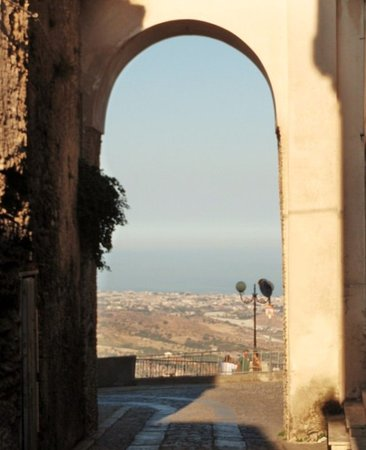 Gerace, Italie : la porta verso il panorama