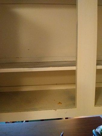 Veradale, WA: Crumbs in dirty cupboard