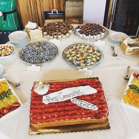 Capannoli, Italië: Buffet di piccola pasticceria, frutta e torta personalizzata
