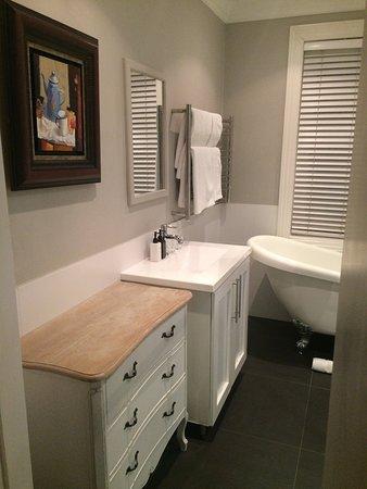 Blackheath Lodge: The lovely bathroom & color scheme felt clean and streamline.