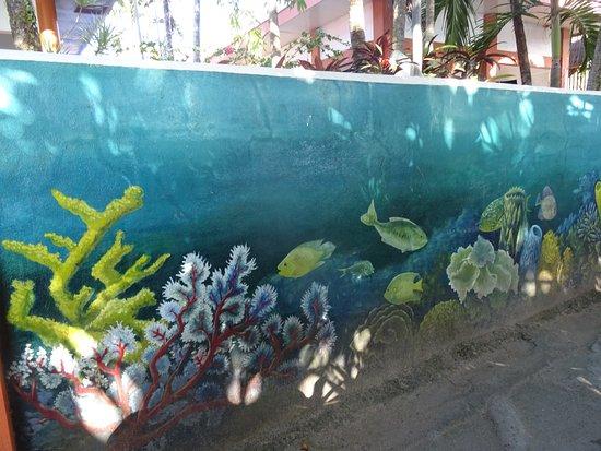 Andi's Talisay: Mur joliement décoré face à la plage