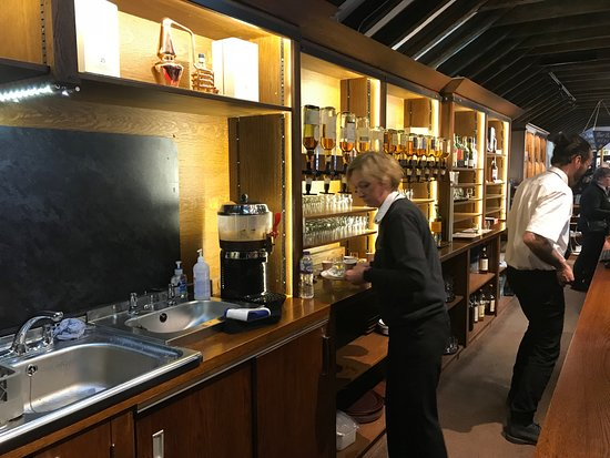 3-Day Isle of Skye and Scottish Highlands Small-Group Tour from Edinburgh: Whiskey tasting at Dalwhinnie distillery