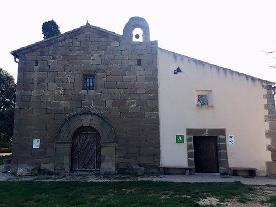 Sabayes, Испания: Fachada exterior del albergue junto a la ermita
