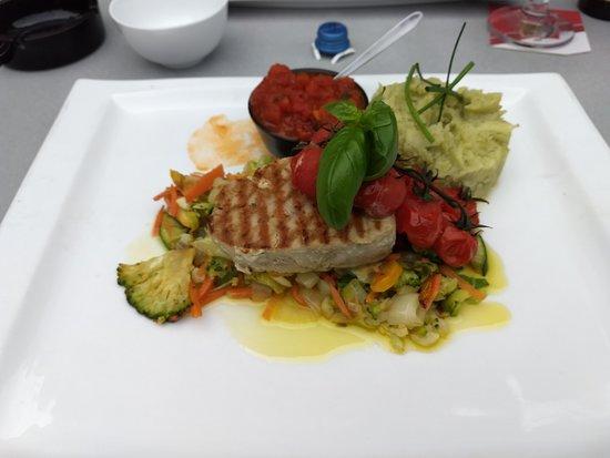 Hooghuis: tonijnsteak met groenten, pestopuree en tomatencoulis