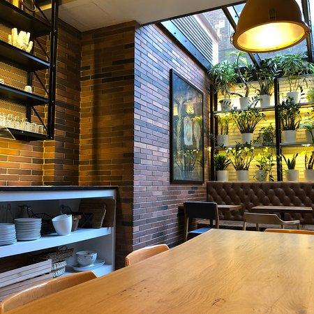 Hotel Praktik Bakery: Panes recién sacados y listos para exponer en la panadería