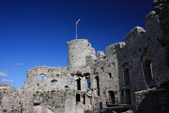Ogrodzieniec, โปแลนด์: Zamek w Ogrodzieńcu dzieddziniec.