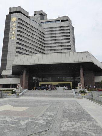โรงแรมแคพปิตอล: Blick auf den Eingang des Hotels