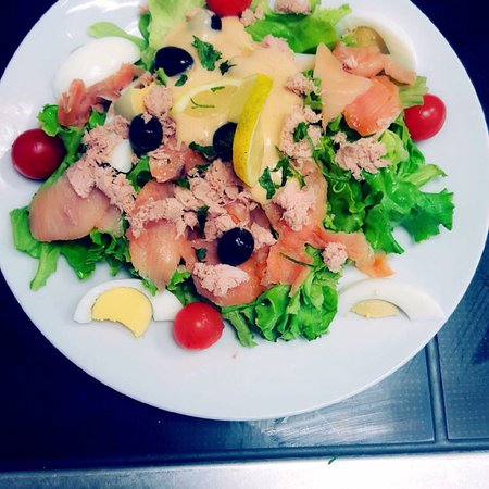 Limay, Frankrike: Salade Océane avec saumon frais