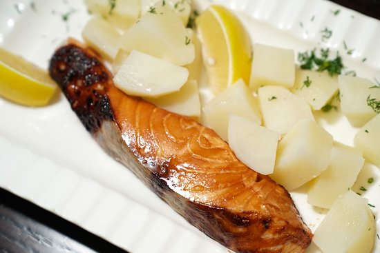 Samarkand Restaurant: Salmon with side of baked potatoes