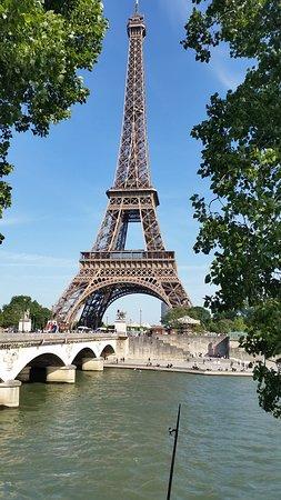 Πύργος του Άιφελ: Tím spíše je Eiffelovka tím, čím má být i z protějšího břehu Seiny.