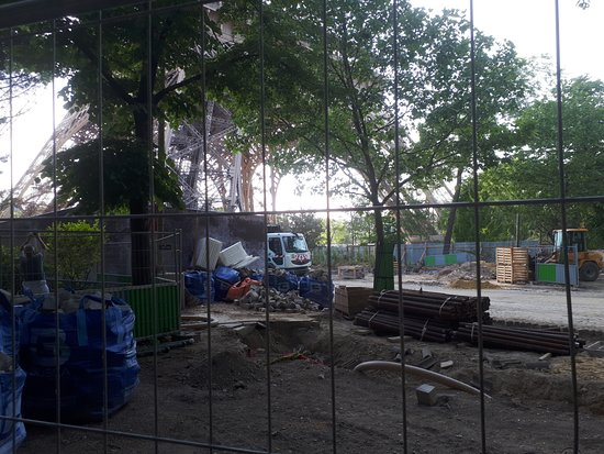 Πύργος του Άιφελ: Stavební práce okolo věže jsou v plném proudu ...
