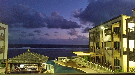 Le Battant des Lames: photo prise d'une chambre avec vue sur la piscine et la mer