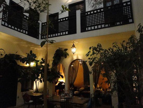 Riad Les Trois Mages: View from in the courtyard.