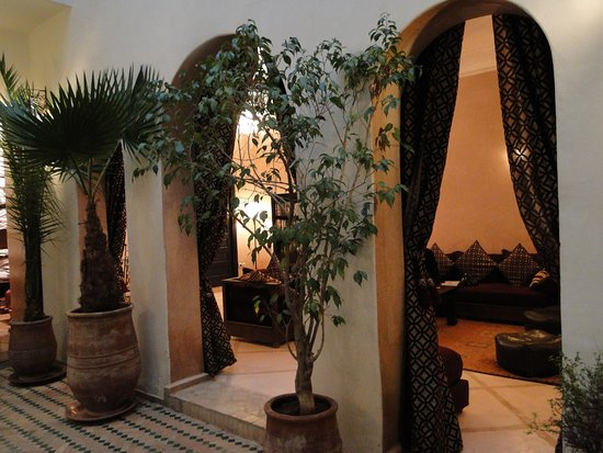 Riad Les Trois Mages: View from in the courtyard