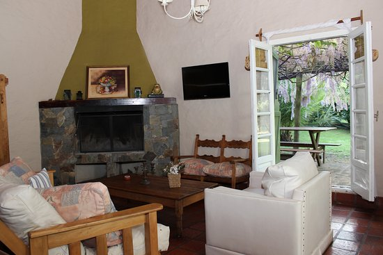 Cabanas La Escondida: Sala de Estar con Hogar a Leña - Cabaña Las Glisinas